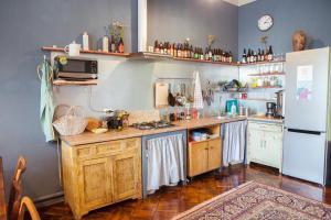 Кухня или мини-кухня в Хостел Chickadee