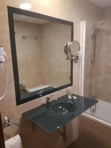 A bathroom at Sercotel Familia Conde