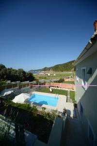 Vista sulla piscina di Aselinos Suites o su una piscina nei dintorni