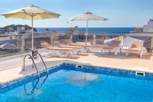 The swimming pool at or near Aparthotel Duquesa Playa