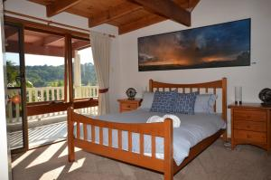 A bed or beds in a room at Ruddles Retreat