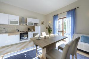 A kitchen or kitchenette at Apartments with a parking space Plat, Dubrovnik - 4792