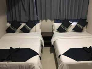 Кровать или кровати в номере Seasons Hotel