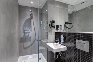 Ein Badezimmer in der Unterkunft MEININGER Hotel Berlin East Side Gallery