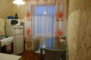 Кухня или мини-кухня в Apartment on Voskresenskaya 9