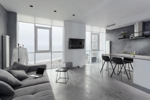 A seating area at Sea and Sky Apartment