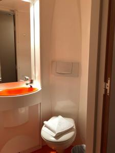 Un baño de easyHotel Victoria