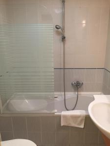 A bathroom at Korona Hotel