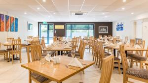A restaurant or other place to eat at Heartland Hotel Auckland Airport