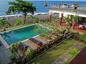 Pemandangan kolam renang di Camessa Hotel atau di dekatnya
