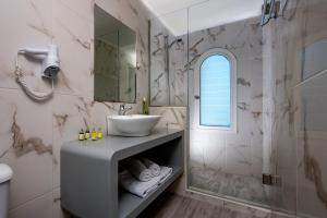 A bathroom at Coral Hotel