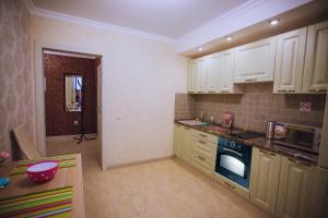 Кухня или мини-кухня в Уютная квартира в центре, Октябрьской Революции 23А, от ЭлитХаус24
