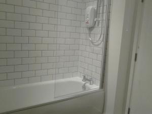 A bathroom at Hilltop Lodge