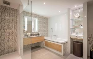 A bathroom at Clayton Hotel Burlington Road