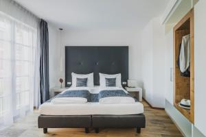 A bed or beds in a room at Hotel Magdalener Hof