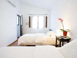 A bed or beds in a room at Casa Babel Monfragüe