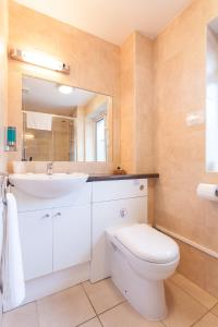 A bathroom at Roseview Alexandra Palace Hotel