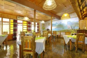 A restaurant or other place to eat at Umfolozi Riverlodge & Birdpark