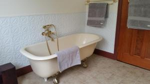 A bathroom at The Old School Bed and Breakfast