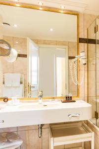 A bathroom at Romantik Hotel Bülow Residenz