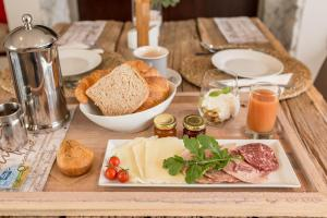 Breakfast options available to guests at Driftwood Guesthouse