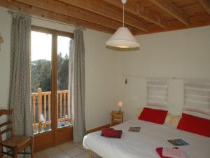 A bed or beds in a room at Chalet l'Angélique