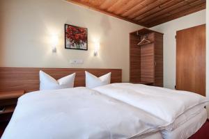 A bed or beds in a room at Nürnberger Trichter