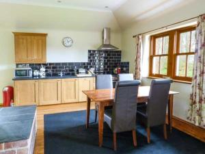 A kitchen or kitchenette at Woodcutter's Cottage
