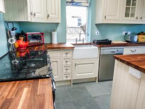 A kitchen or kitchenette at 5 Distillery Cottages