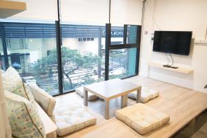 Een zitgedeelte bij Suk18 Hostel