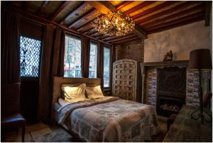 A bed or beds in a room at Kathedraallogies Drie Koningen