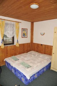 Кровать или кровати в номере Penzion na Krizovatce