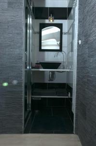 A bathroom at Marseill'City