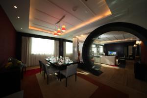Um restaurante ou outro lugar para comer em Novotel Riyadh Al Anoud