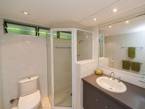 A bathroom at Lagoon Beachfront Lodge 003 on Hamilton Island by HamoRent