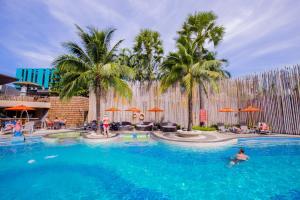 Бассейн в The Beach Heights Resort или поблизости