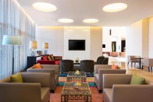 O lounge ou bar de Fraser Suites Riyadh