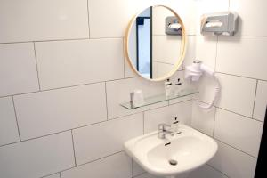 A bathroom at Hotel Beez