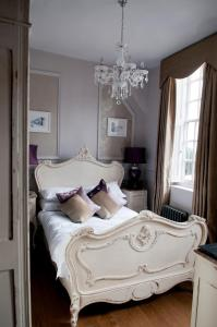 A bed or beds in a room at No.64 at the Joiners