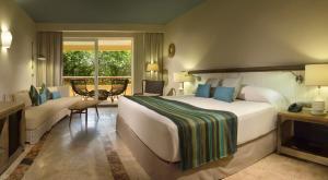 Кровать или кровати в номере Catalonia Royal Tulum Beach & Spa Resort Adults Only - All Inclusive
