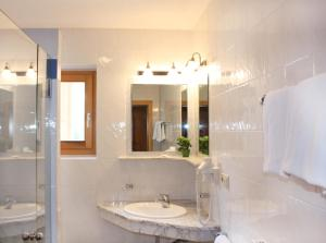 A bathroom at Hotel Gallia