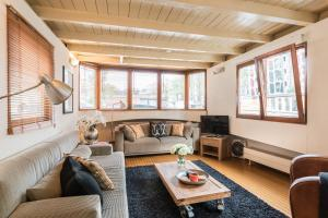 A seating area at Houseboat Prince William & Houseboat Prince Arthur