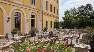 A restaurant or other place to eat at Bilderberg Bellevue Hotel Dresden