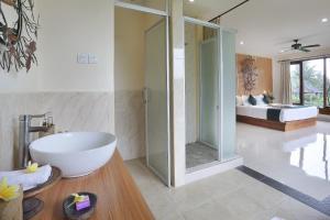 A bathroom at Bucu View Resort a Pramana Experience