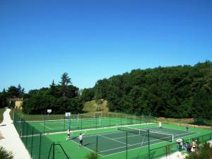 Tennis and/or squash facilities at Domaine de Gavaudun or nearby