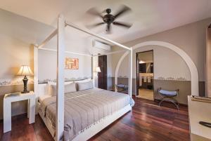 A bed or beds in a room at Hotel Hacienda Mérida
