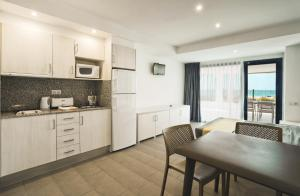 Een keuken of kitchenette bij Pins Platja