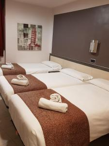 A bed or beds in a room at Hostal Levante Barcelona