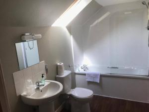 A bathroom at Chieftain Hotel