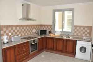 A kitchen or kitchenette at Akas-Inn Hotel Apartment